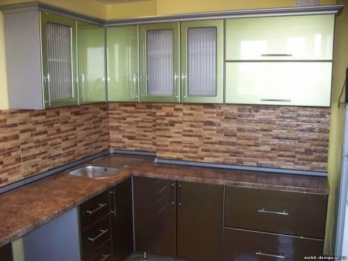 глянцевая зелено коричневая кухня