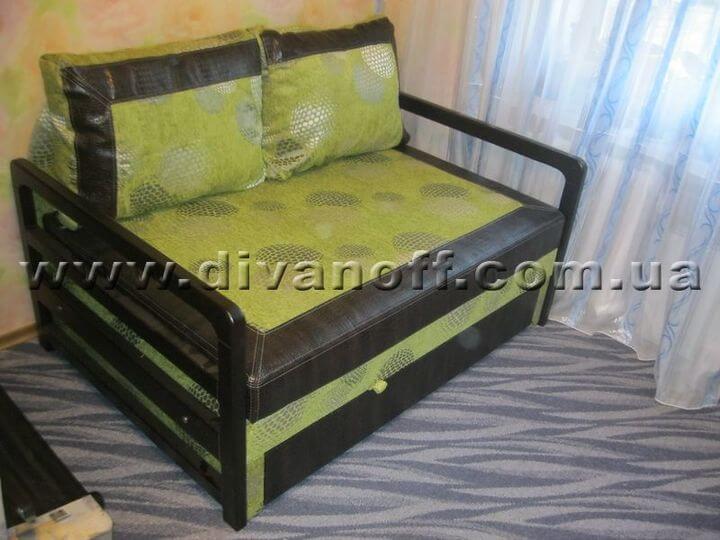 диван с деревянными подлокотниками