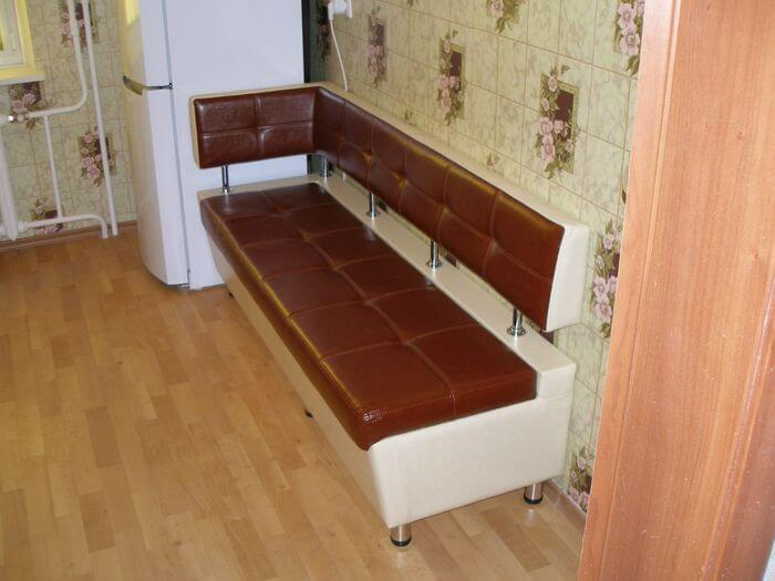 Угловой кухонный диван 777 с боковой спинкой, прошивкой и втяжками