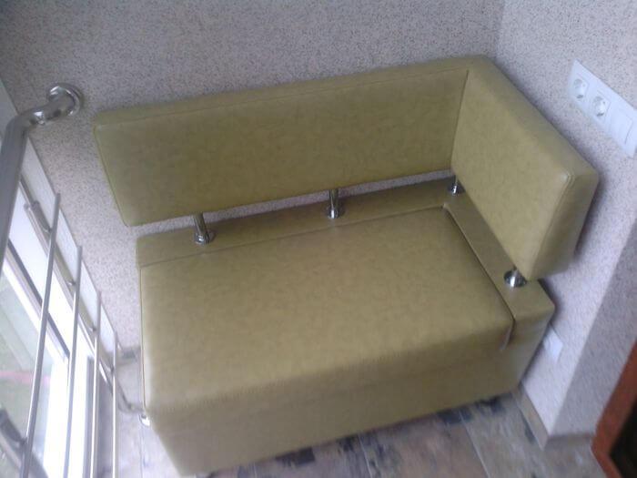 Угловой диван установленный на балконе
