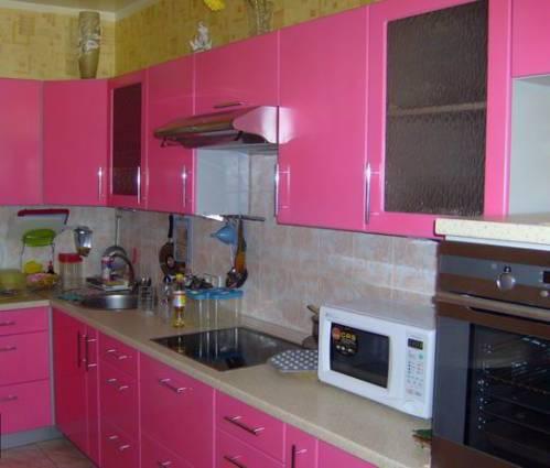 Розовая кухня корпусная мебель на